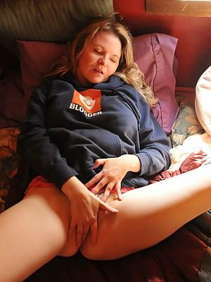 Blogger rubs her hairy twat in cabin loft